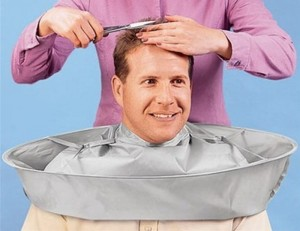 Не последнее место в комфортности процедуры занимает накидка для стрижки волос – выкройка этого приспособления желательна из хорошо моющегося материала, например, плащевки