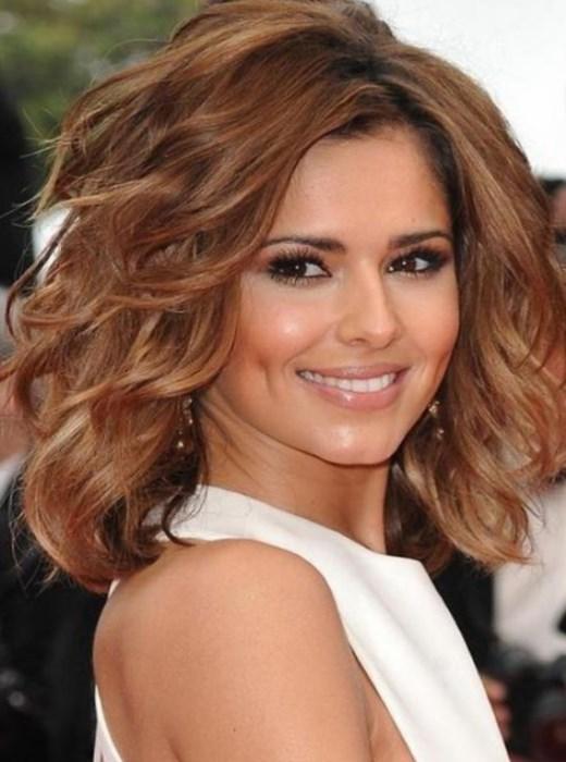 Модная стрижка на вьющиеся волосы средней длины