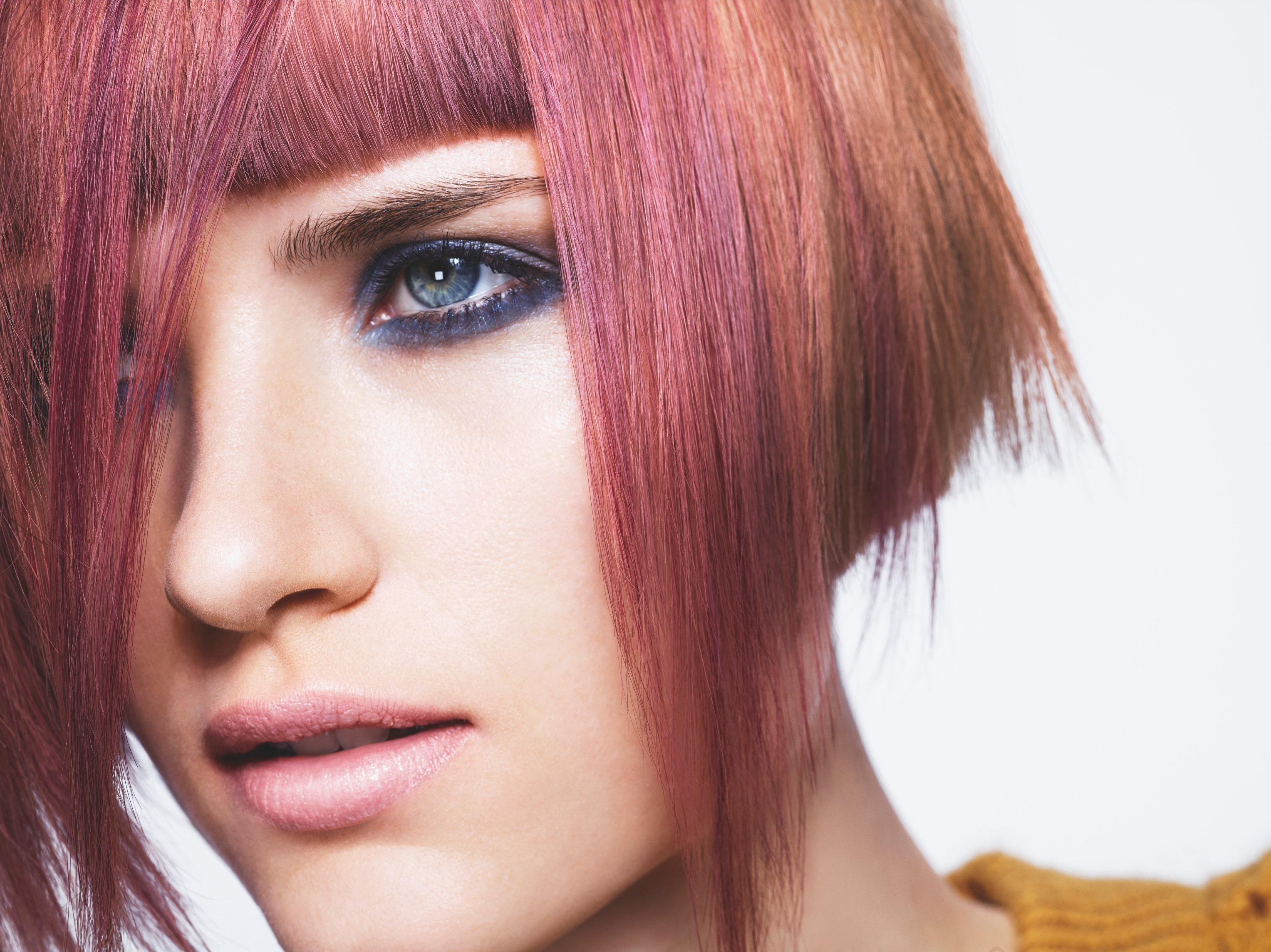 Покрасит волосы в два цвета