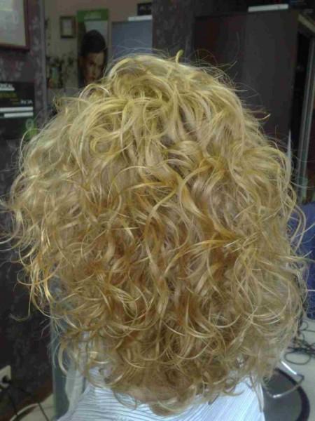 Аккуратные волны на светлых волосах