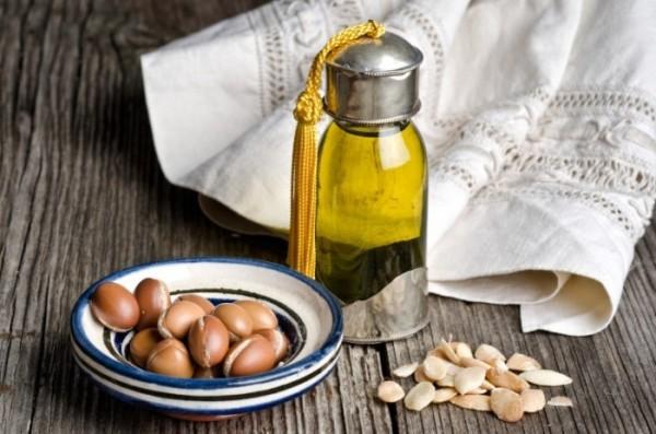 Аргановое масло активно используется женщинами Востока, считается одним из лучших в уходе за волосами (цена – от 740 руб.)