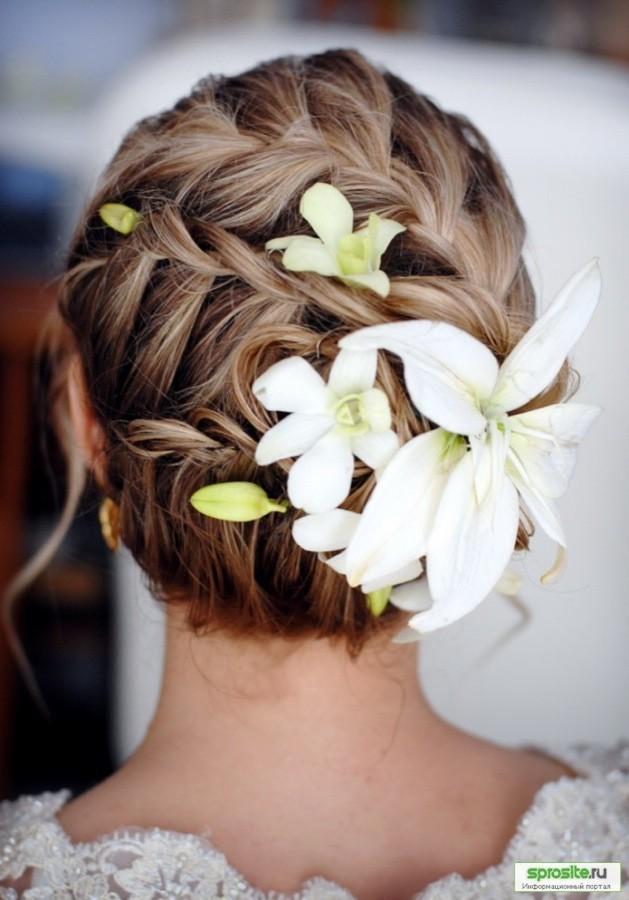 Прически для коротких волос с живыми цветами