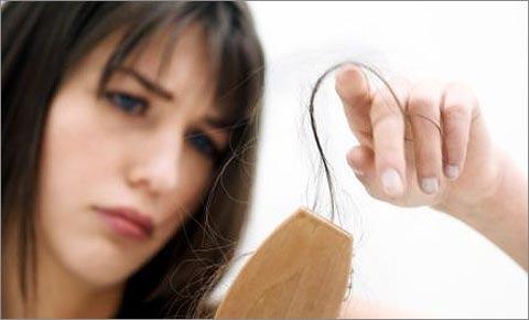 Бережное расчесывание поможет уберечь волосяные луковицы от выдергивания
