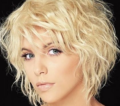 Блондинкам нужно быть особенно осторожными с количеством укладочных средств.