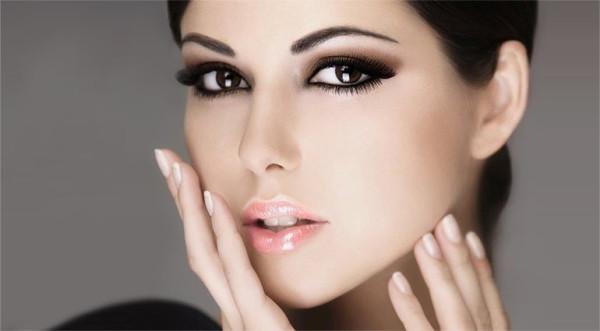 Брови с биологической точки зрения призваны защищать наши глаза, но ввиду того, что они уютно расположились на лице, женщины превратили их в эстетический объект