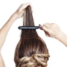 Часть волос у лба хорошенько начешите, чтобы создать объём.
