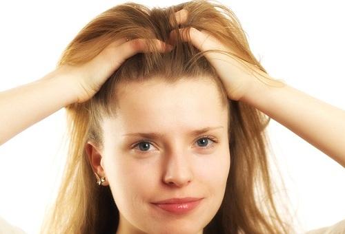 Что означает когда женщина гладит волосы при мужчине
