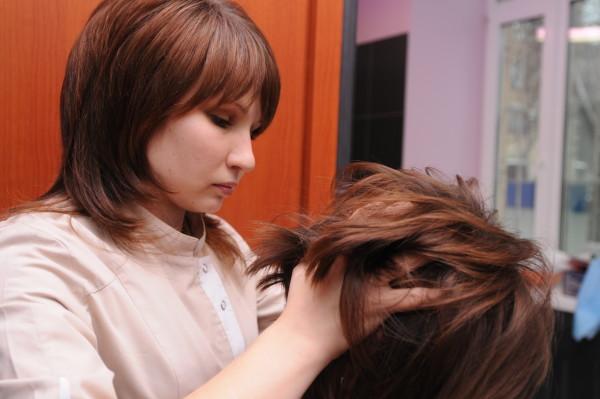 Чтобы результат процедуры был прогнозируемым, проводят тщательный осмотр кожи головы и определяют степень повреждения волос