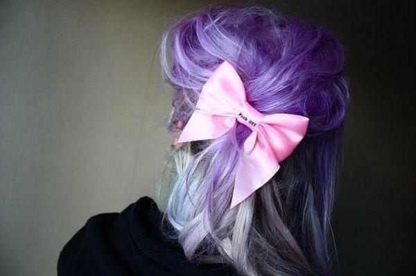 Даже «классический беспорядок» на сиреневых волосах – прическа