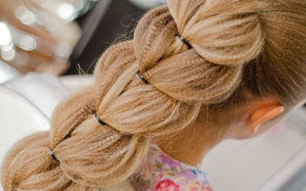 Делать такую косу можно и на шевелюру, обработанную утюжком с гофре