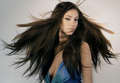 Распушенные волосы у девушки к чему