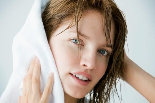 Для лучшего эффекта волосы нужно оставить влажными