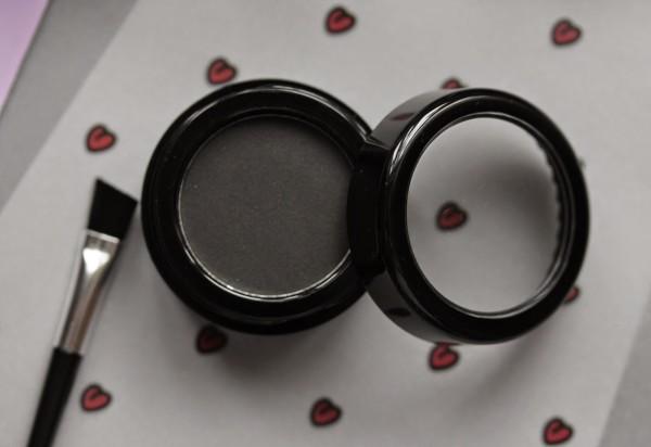 Для оформления бровей можно использовать и классические матовые тени для век