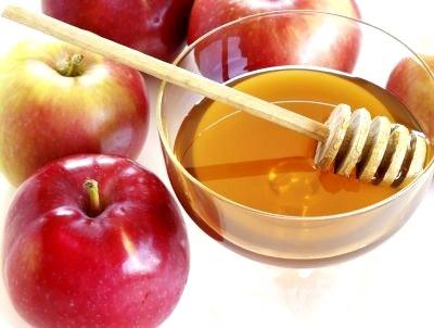 Для получения питательной маски для локонов можно смешать яблочное пюре с натуральным медом.