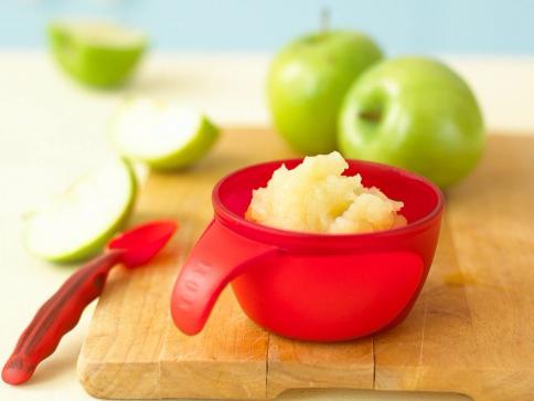 Для применения в масках яблочко очищают, а затем мякоть превращают в пюре, воспользовавшись блендером или теркой.