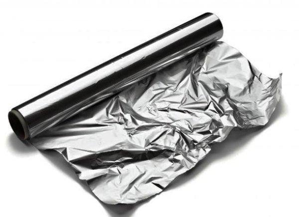 Для проведения процедуры подойдет обычная кухонная фольга с максимальной плотностью