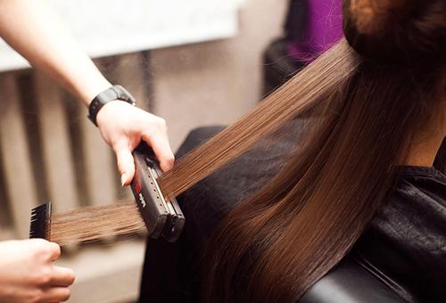 Для разглаживания волос в затылочной части лучше пригласить подругу