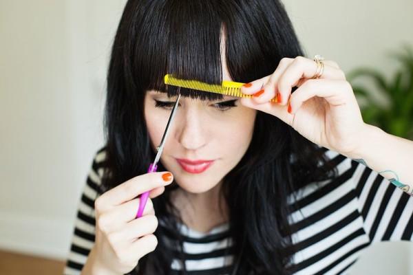Для того, чтобы проверить, как вам с челкой, не обязательно ее обрезать.