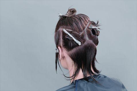 Для удобства завивки, разделите волосы на несколько секторов