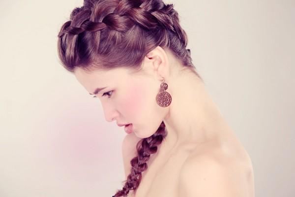 Элегантная греческая косичка подходит девушкам как с длинными, так и со средними волосами