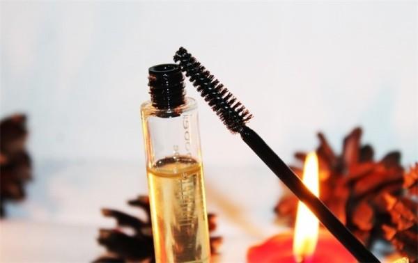 Если не любите готовить косметические продукты самостоятельно, используйте готовое масло для бровей и ресниц от DNC