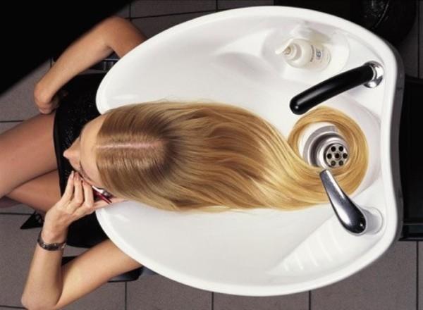 Если сутки не мыть пряди перед процедурой, то кожа головы не так пострадает от воздействия химии