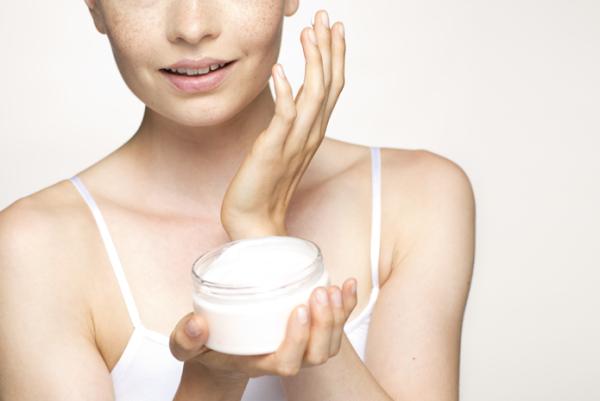 Если у вас жесткие волоски, которые достаточно болезненно удаляются, воспользуйтесь увлажняющим кремом