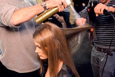 Фото нанесения термозащитного средства при сушке волос феном