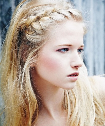 Фото небрежно заплетенной французской косы-ободка в стиле «бохо»