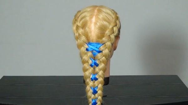 Фото несложных, но прекрасных кос, украшенных яркой лентой