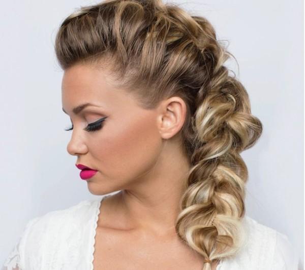 Французская коса, как на фото, делает волосы более объемными и пышными