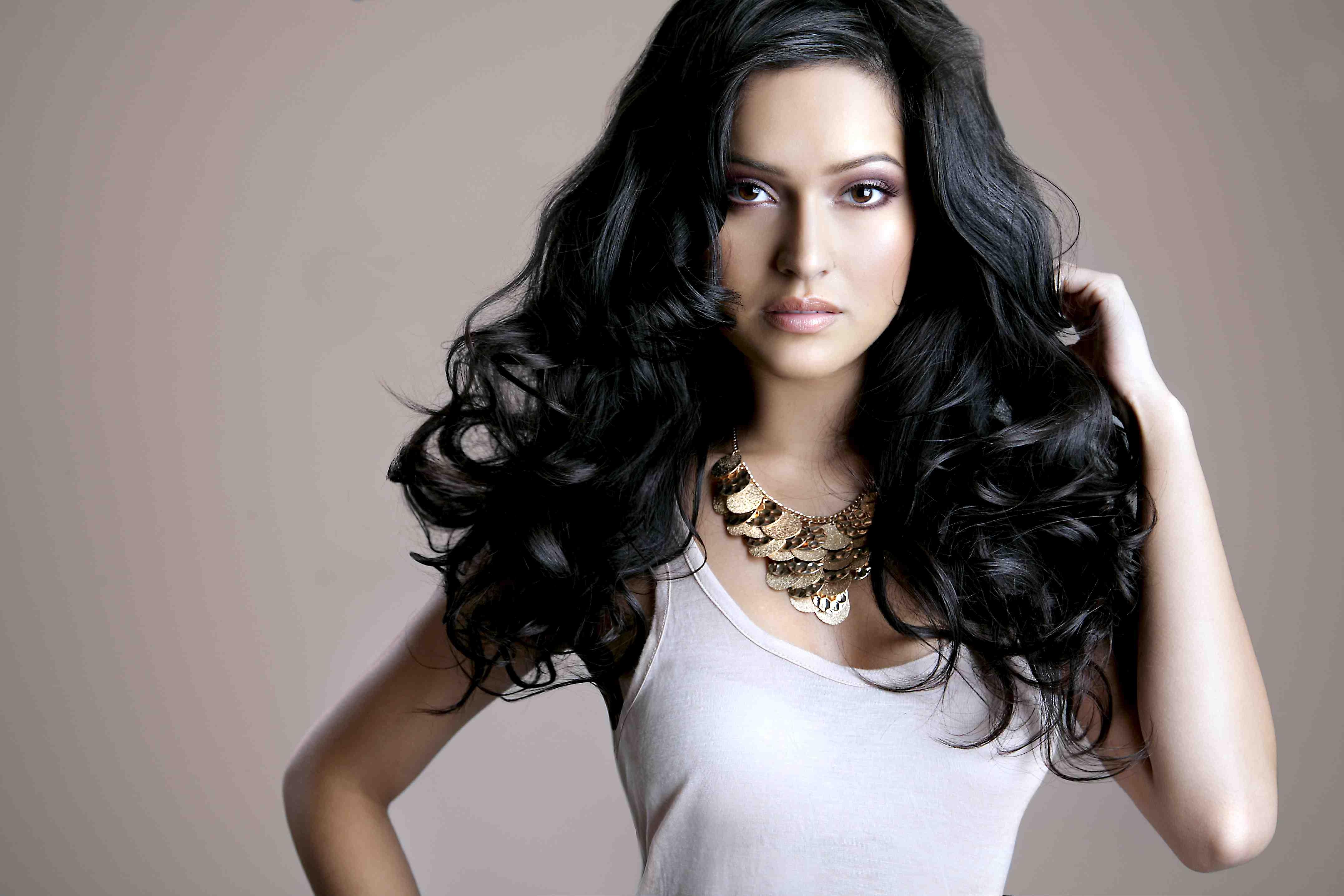Девушка очень худая с черными волосами