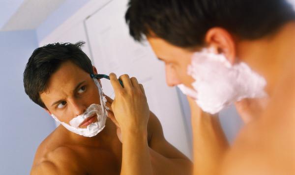 Горячие споры вокруг мнения о том, что бритье делает волосы на лице более густыми и темными до сих пор не дают покоя искушенным бородачам, однако, к сожалению, это всего лишь выдумка