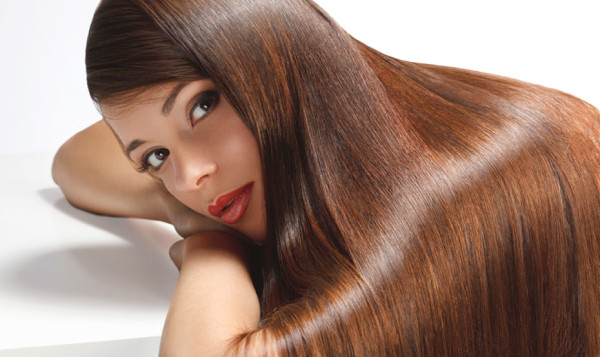 Идеально гладкие зеркально-блестящие волосы можно заполучить не только в парикмахерской - домашние способы выпрямления ничуть не уступают салонным