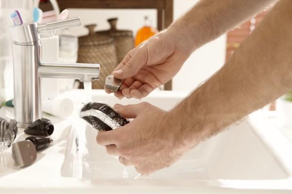 Инструкция к электрическим машинкам для стрижки не рекомендует их промывать в воде, отдайте предпочтение мягкой ткани и качественному смазочному средству