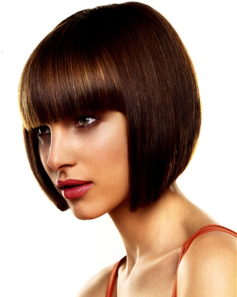 Инструкция по воплощению французской стрижки предполагает создание четкой линии у лица и подходит только для идеально ровных волос