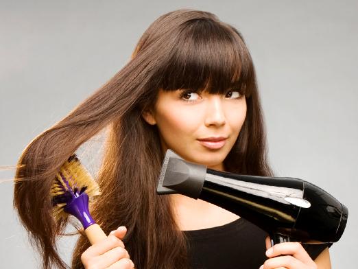 Использование фена, утюжков и плоек чревато пересушиванием волос