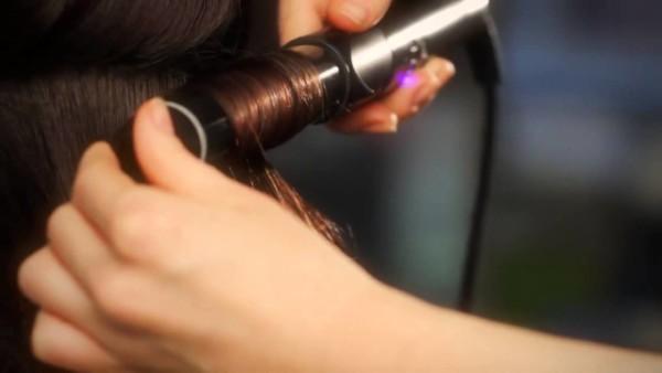 Излюбленным укладочным прибором среди большинства женщин являются щипцы для завивки волос – для длинных волос это настоящее спасение