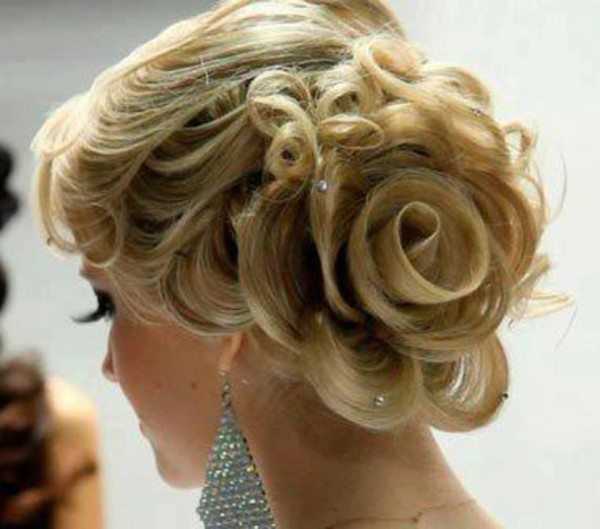Изящно и красиво: цветы из волос