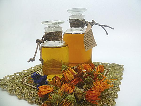 Календула в виде отваров и масляных составов помогает в уходе за жирными локонами.