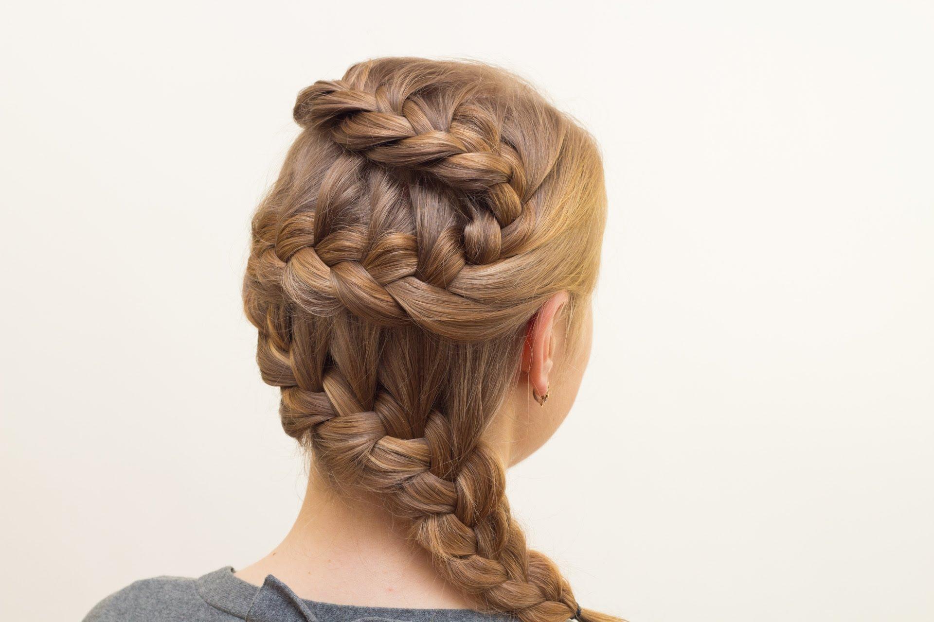 Кончик изогнутой косы можно всегда убрать в пучок или скрутить в «розочку», чтобы он не мешался в течение дня