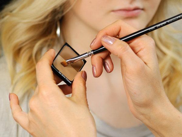 Косметические средства в виде теней, тушей, карандашей и гелей позволят вам сохранять ухоженность бровей между коррекциями