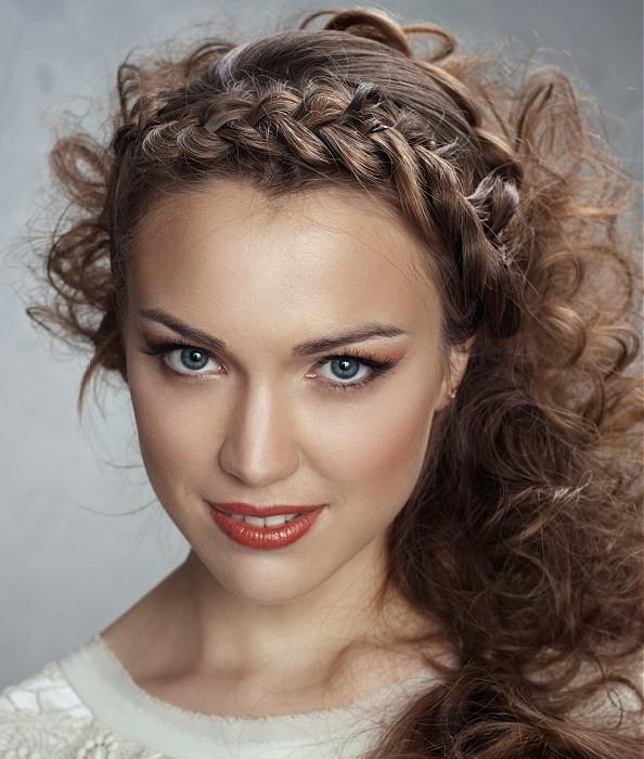 прически простые на вьющиеся длинные волосы