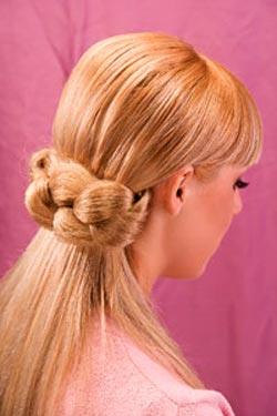 Красивый хвост на длинных волосах с начесанной косой.