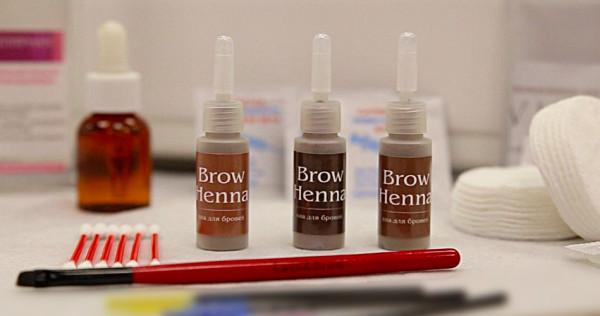 Краска с хной для бровей не требует предварительного смешивания с басмой, имеет несколько оттенков и позволяет варьировать интенсивность окрашивания, увеличивая время процедуры