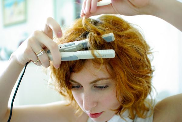Крутим волосы утюжком: правильный захват пряди