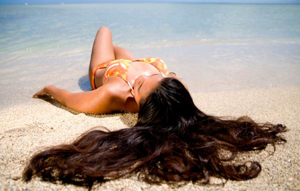 Летом волосы страдают от агрессивного солнечного излучения, которое лишает их влаги и разрушает пигмент