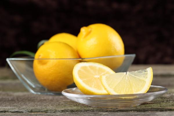 Лимонный сок обладает осветляющим эффектом, это важно учитывать, если вы решили его использовать на волосах, окрашенных в пепельно-русый цвет