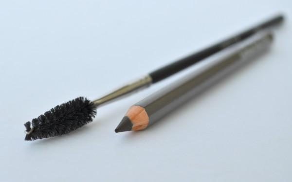 Лучше выбирать твердый карандаш, который при необходимости можно растушевать