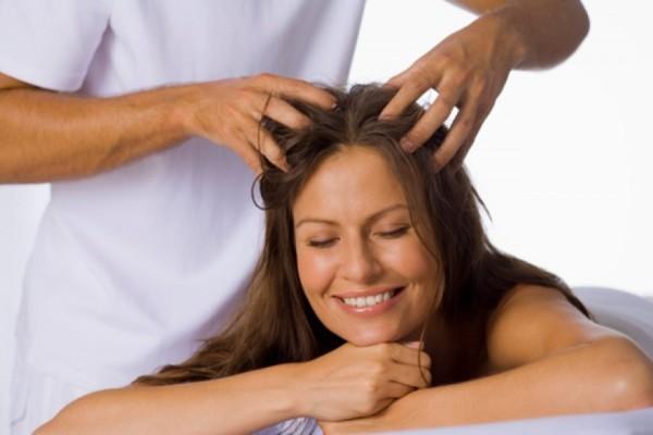 Массаж головы ускоряет кровоток к корням, а с ним и питание всей шевелюры.